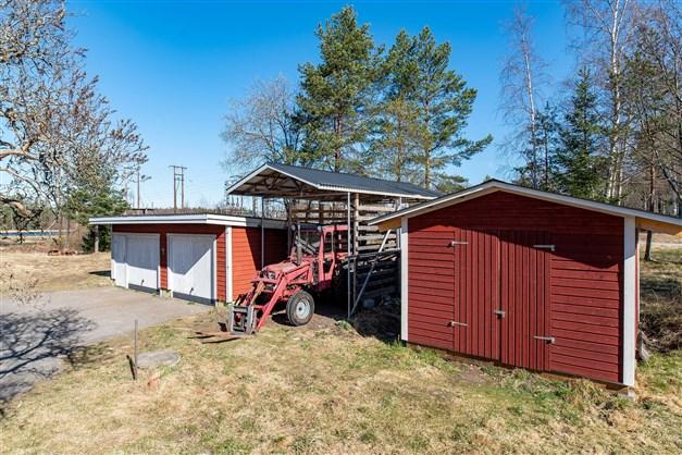 Från vänster: isolerat garage, traktorförråd samt sist förråd/vedbod