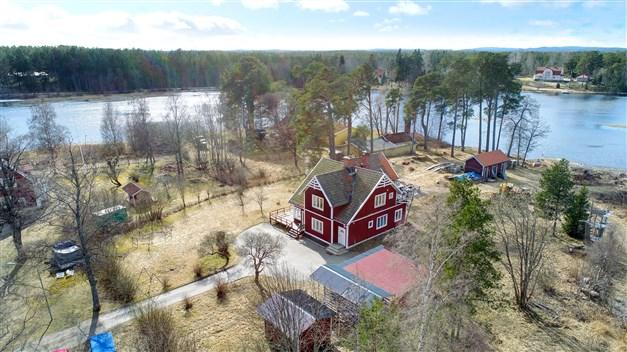 Välkommen till Harmångersvägen 5 - strandnära läge invid Holmsjön