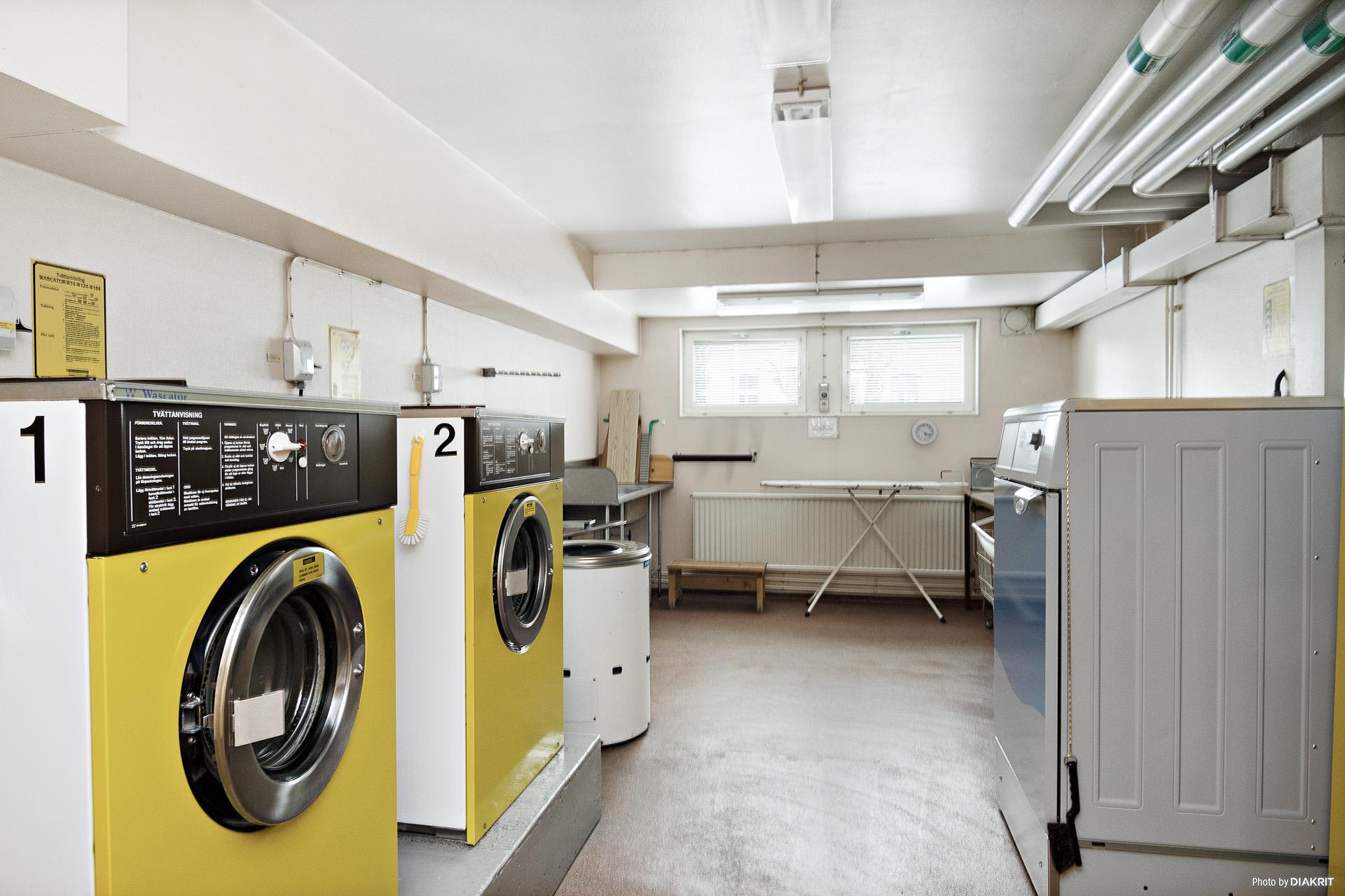Välutrustad tvättstuga med bland annat två tvättmaskiner, torktumlare samt mangel