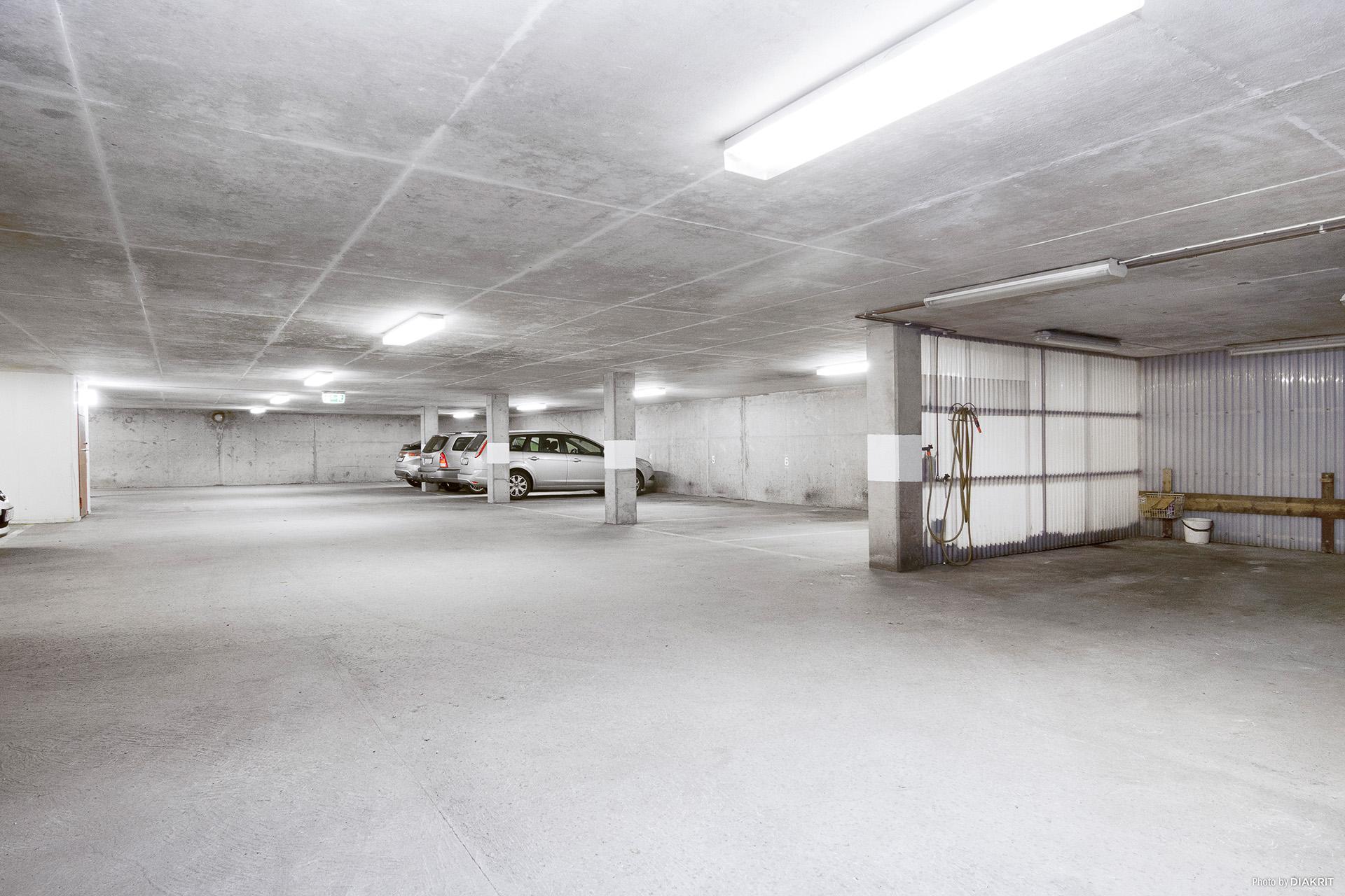 Garage i entréplan med spolavdelning