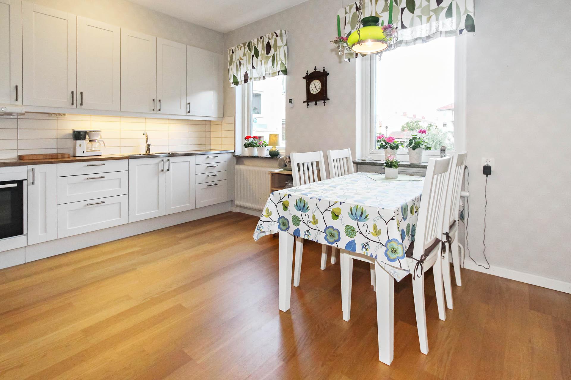 Rymligt kök med plats för matbord vid fönstret