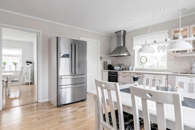 Kök i anslutning till vardagsrum och grovkök.