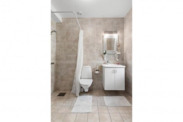 Helkaklat badrum med dusch.