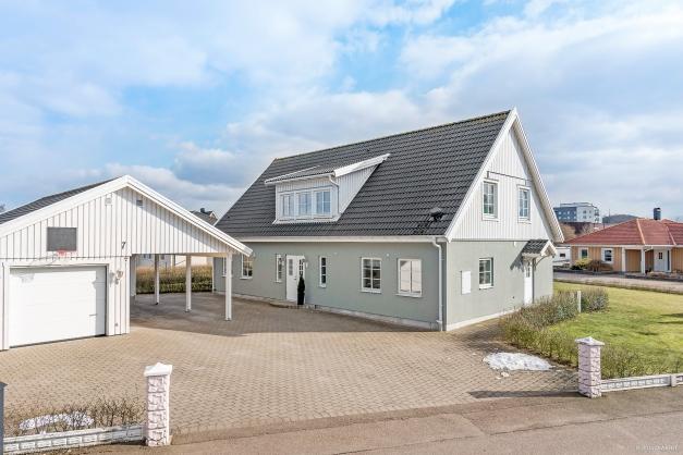 Välskött villa med trevlig stenlagd uppfart med garage.