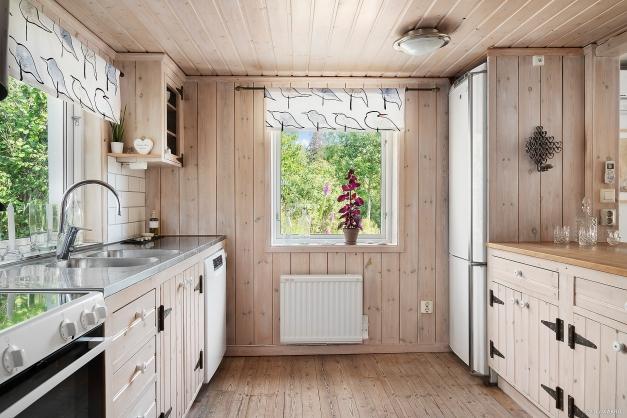 I köket finns 2 fönster för fint ljusinsläpp