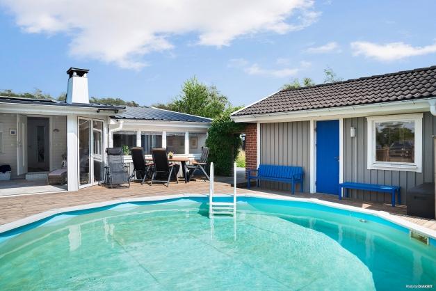 Altanen runt poolen förbinder huset med gäststugan