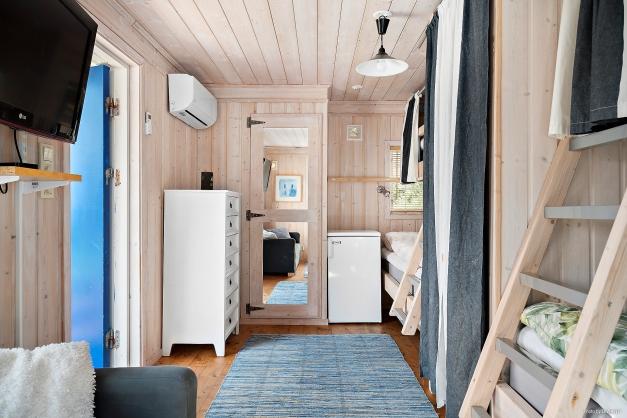 Gäststugan har 4 platsbyggda sängar, kylskåp och egen luft-luftvärmepump