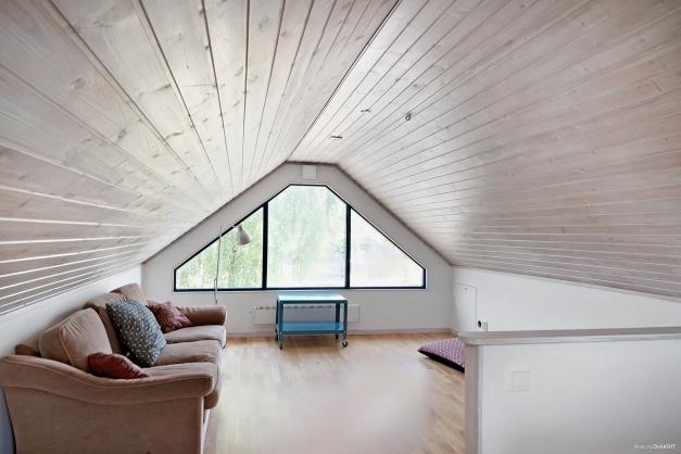 Det mysiga loftet fungerar utmärkt som allrum, kontor, lekrum, gästrum...