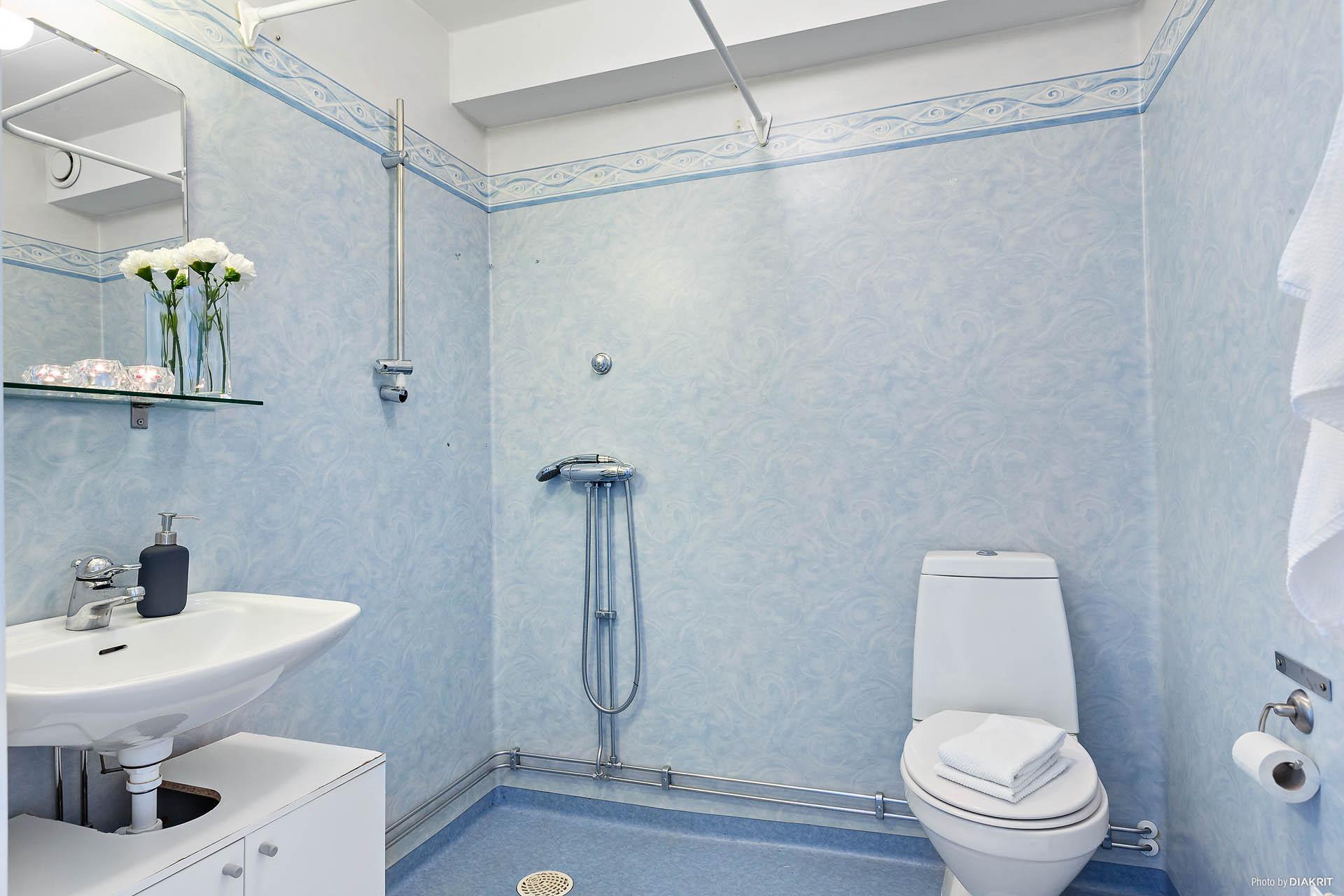 Fräscht badrum med dusch.