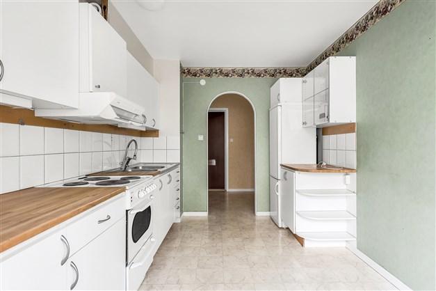 Köket har grön tapet med bård