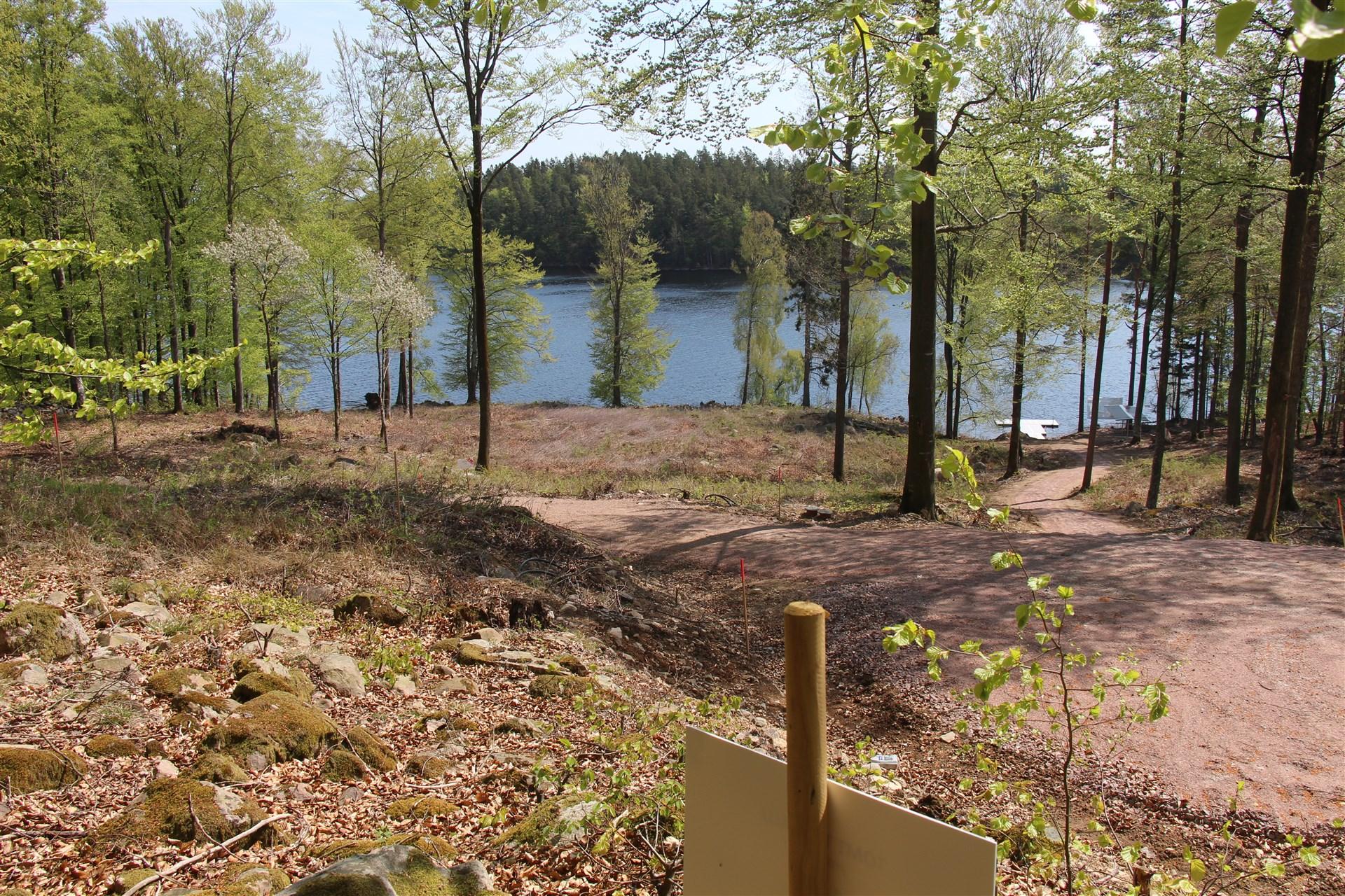 Tomten 1:65 är högt belägen med vacker utsikt över sjön Immeln och med direkt tillgång till stigen som leder ner till sjön och gemensam brygga, kanotstativ och bänkar som får nyttjas fritt av de boende.