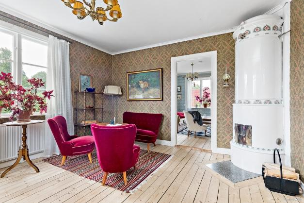 Vardagsrum med vacker kakelugn