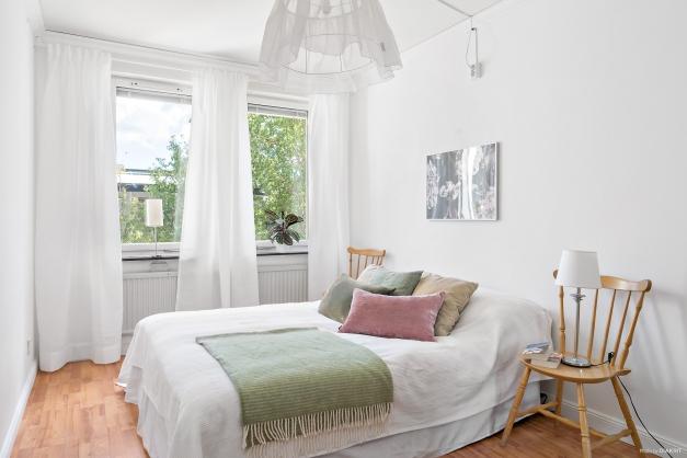 Stort rymligt sovrum med plats för dubbelsäng