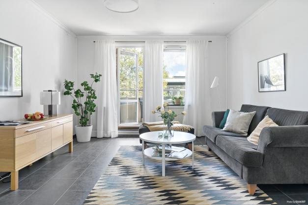 Ljust luftigt vardagsrum med utgång till balkong!