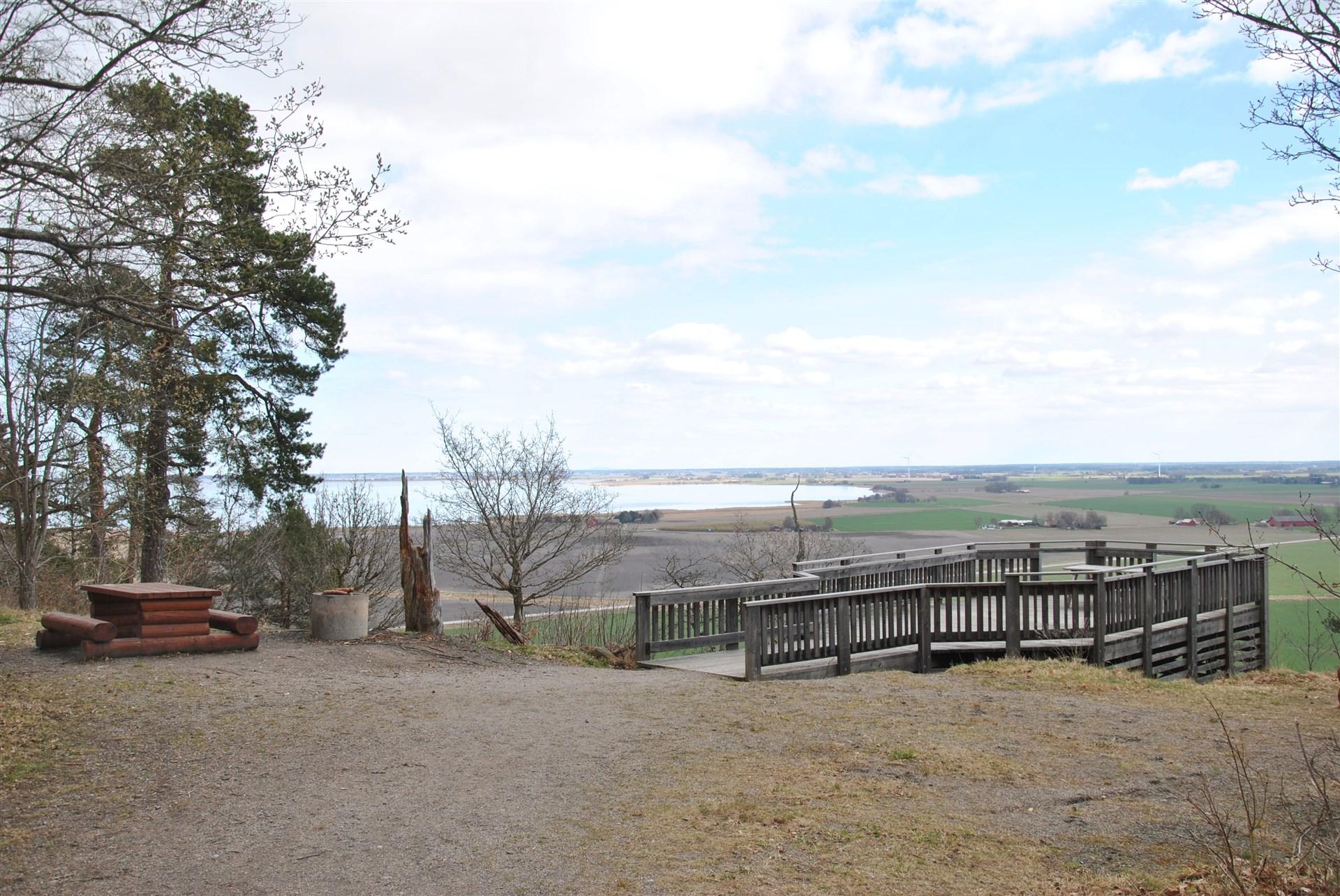 Ca 1 km från fastigheten finns denna utsiktsplats som erbjuder en vidunderlig utsikt över närområdet