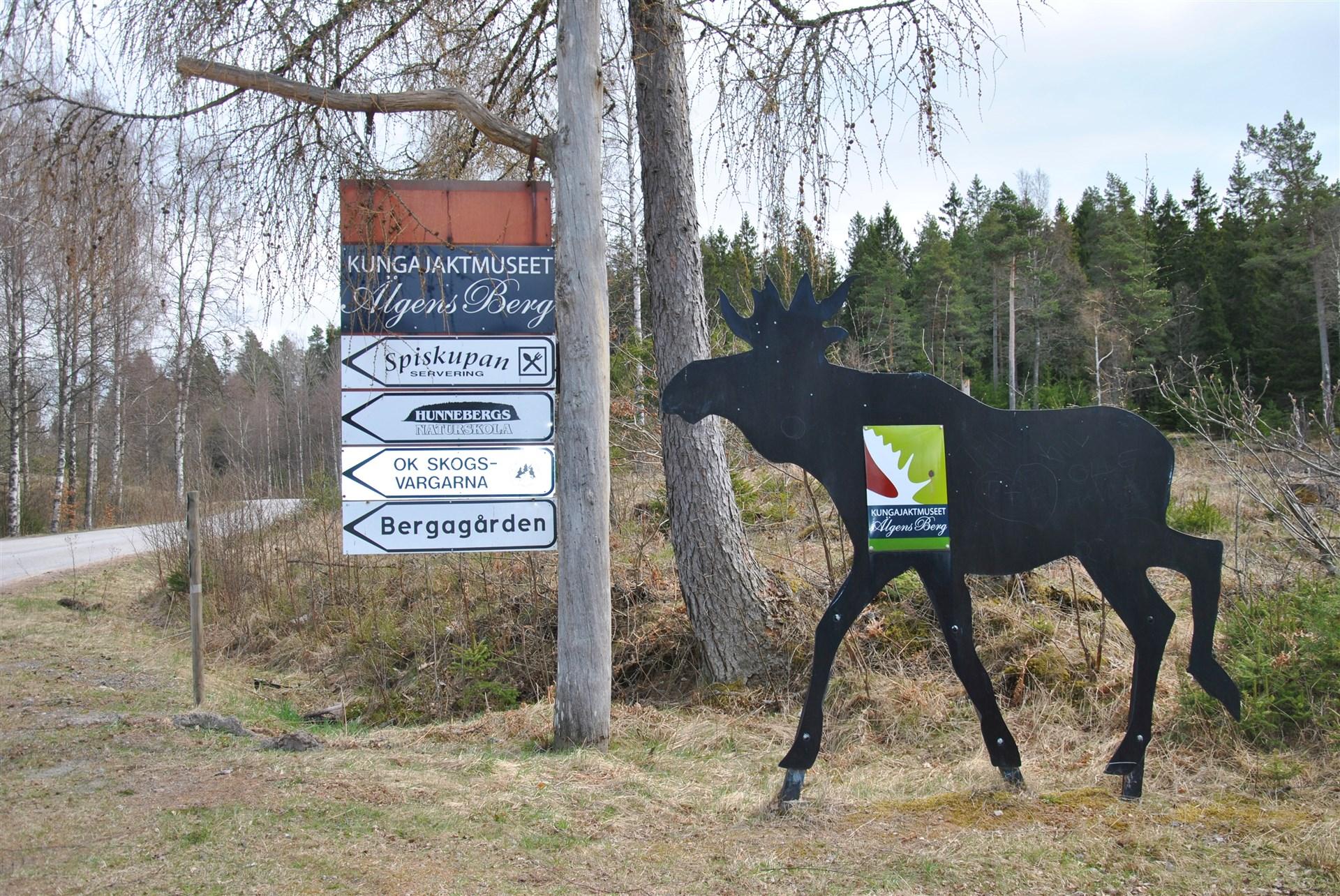 Ca 7 km från fastigheten finns Kungajaktmuseet, servering, motionsanläggning m.m.