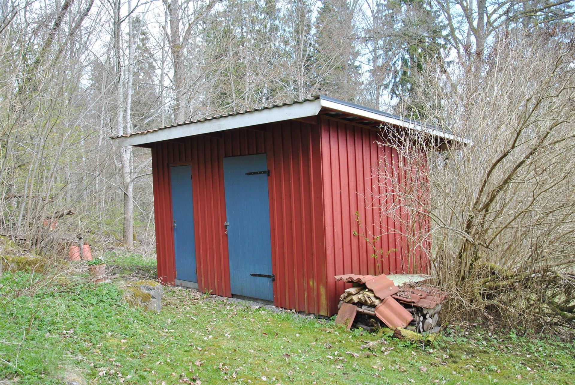Senare byggt uthus med utedass och förråd