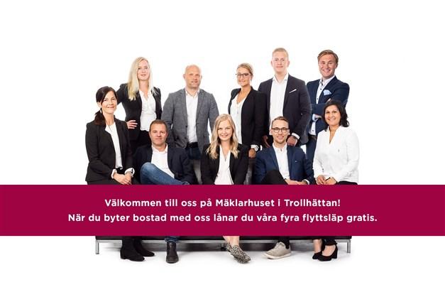 Välkommen till oss på Mäklarhuset Storgatan 30 i Trollhättan! Vi finns alltid till hands för dig som funderar på att byta bostad! Med 8 fastighetsmäklare och 2 mäklarassistenter på kontoret så bistår vi dig på bästa sätt vid ditt bostadsbyte.