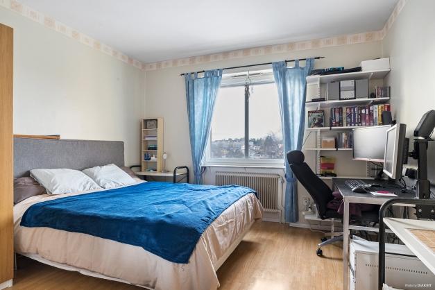 Rymligt sovrum med klädkammare