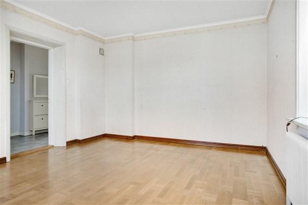 I vardagsrummet finns murstock, om man önskar installera en kamin.