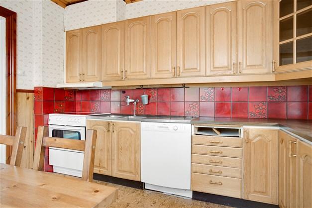Köket är fullt utrustat med spis, fläkt, diskmaskin och kyl. Frys finns i källaren.