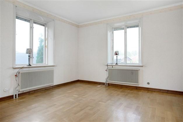 Vardagsrum med fönster åt två håll.