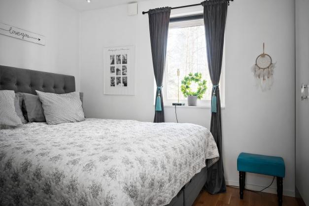 Hel garderobsvägg i sovrum