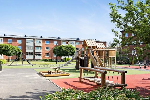 HSB BRF ÄNGEN 2:ANS INNERGÅRD - Mysig innergård med plats för både ung och gammal