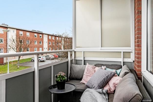 Balkong med plats för loungemöbler.