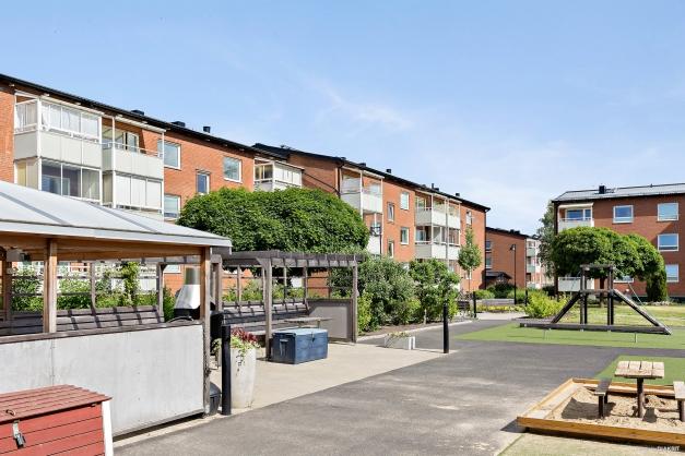 HSB BRF ÄNGEN Bågskyttegatan 2D 2:ANS INNERGÅRD - Trevligt med uteplatser både i solen och under tak
