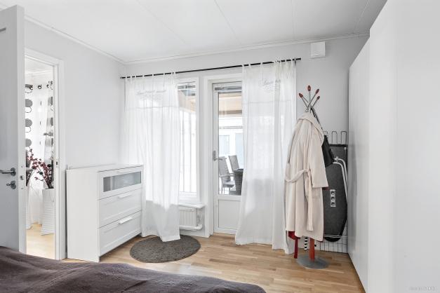 Sovrum 3 med utgång till inglasat uterum