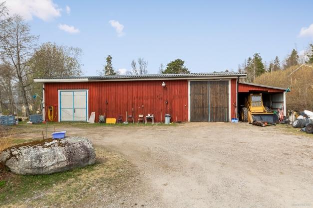 Industribyggnad med lägenhet/kontor samt carport
