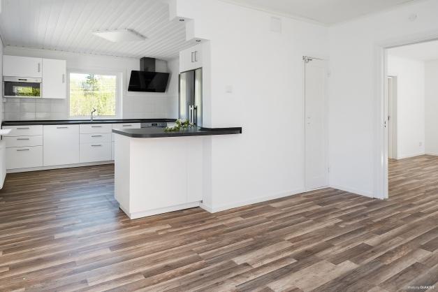 Kök och vardagsrum binder trivsamt samman i öppen planlösning