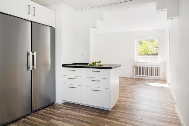Kök med kyl- och frysskåp i fullhöjd och i rostfritt utförande