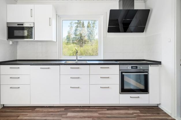 Nytt kök (2019). Trivsamt med fönster framför diskbänk med utsikt över den egna trädgården
