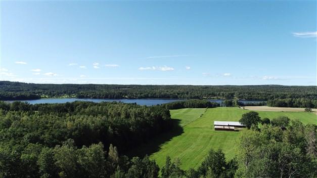 Områdesbild med sjön Fastigheten ligger en liten bit innan gärdet i bildens nedkant