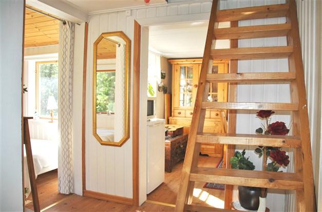 Trappan till ovanplan och sovrum till vänster