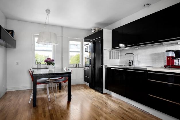 Kök i svart och vitt med vackert parkettgolv
