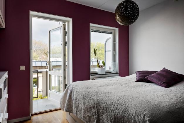Det något mindre sovrummet på övre plan med utgång till stor balkong