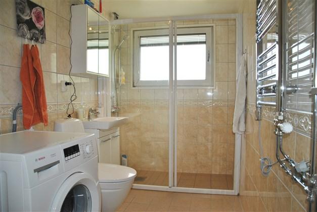 Dusch med glasad skjutdörr, vattenburen handdukstork m.m.