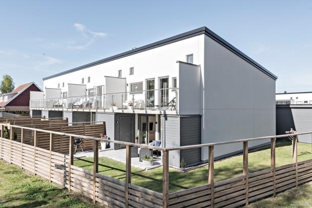 Nu finns det ett riktigt fint bostadsrättsradhus till salu i BRF Solsidan i Åhus! En hörntomt dessutom med gräsmatta till.
