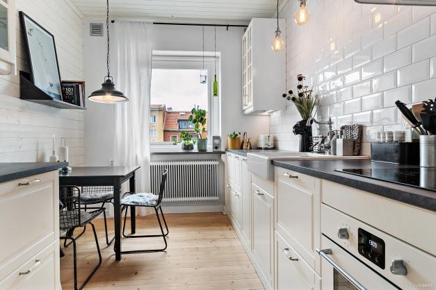 Kök med plats för mindre matbord.