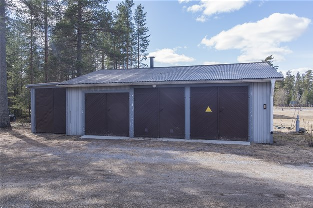 Garage för trebilar och en traktor.