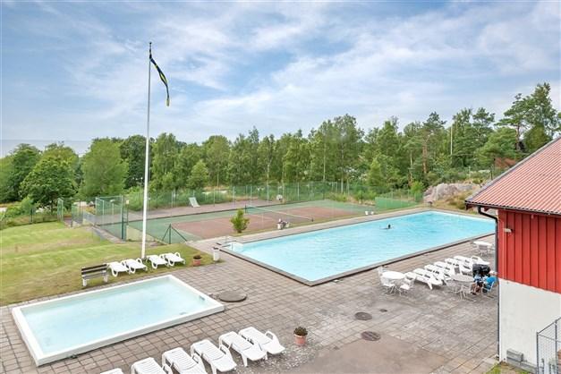 Gemensamhetsanläggning med bl.a. pooler, tennisbana...