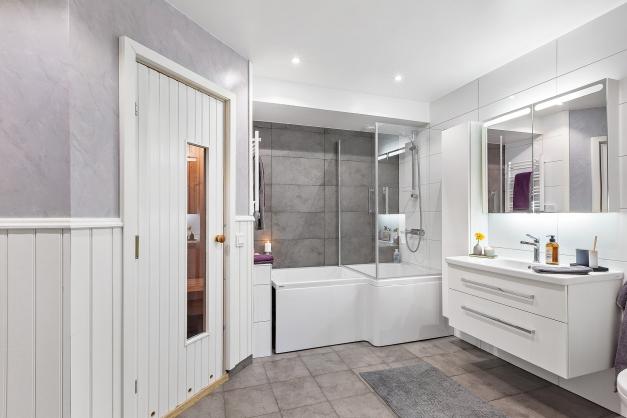 Stort, stilrent badrum från 2016.