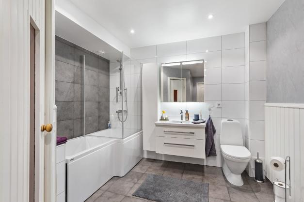 Stilrent badrum med badkar.