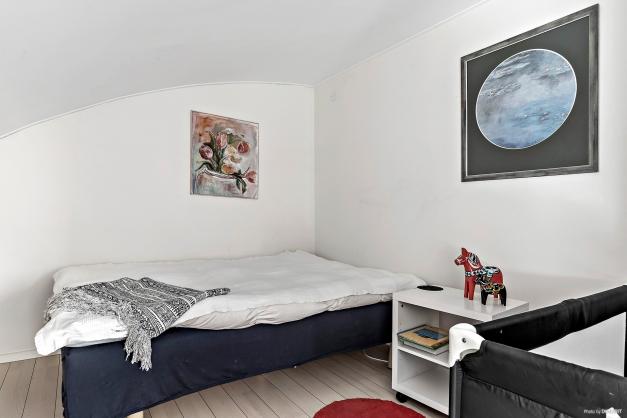 Uppe i allrummet är det avdelat så det blir som ett extra sovrum bakom några garderober.