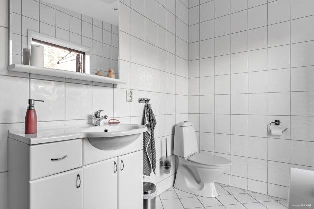 För de som bor i gäststugan har man eget badrum i carportbyggnaden