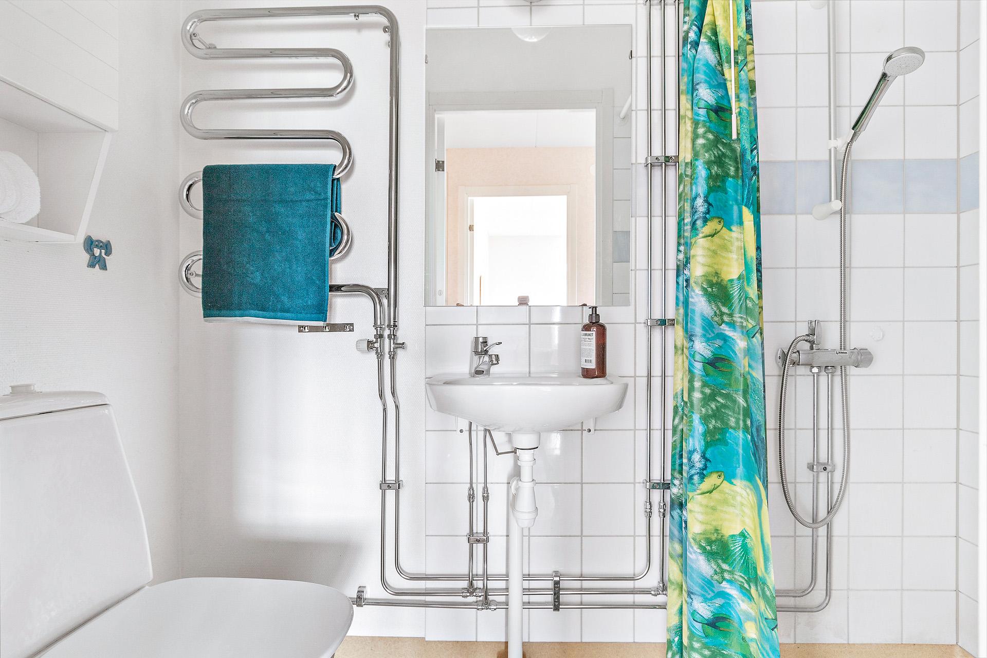 Duschrum med handduksvärmare.