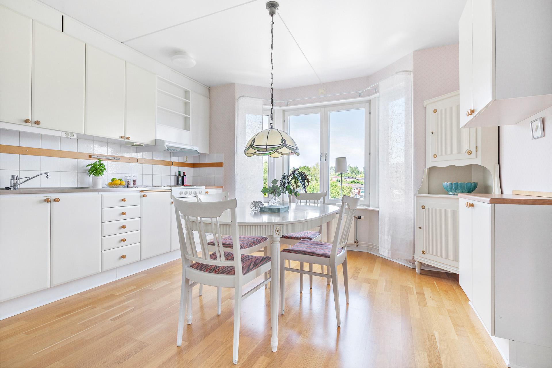 Kök med burspråk och ordentligt med plats för ett matbord.